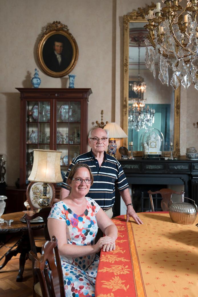 Pauline met vader Thom van Rijkevorsel in de villa op landgoed De Denneboom in Schijndel.