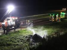 Automobilist belandt in sloot naast A50 bij Ravenstein, wagen brandt uit