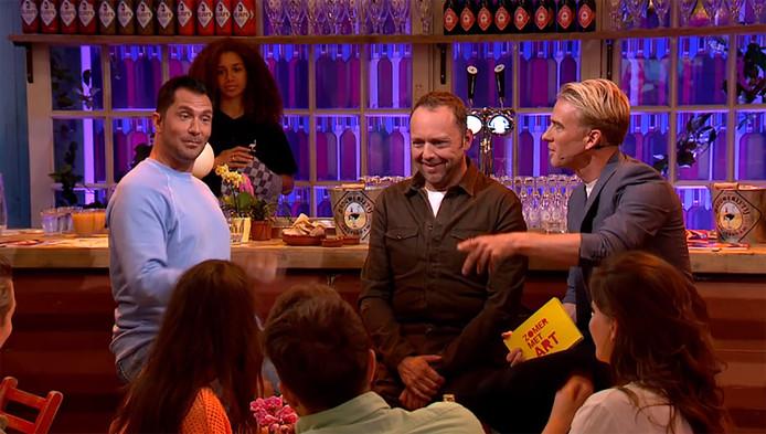 Art hangt met zijn gasten aan de bar.