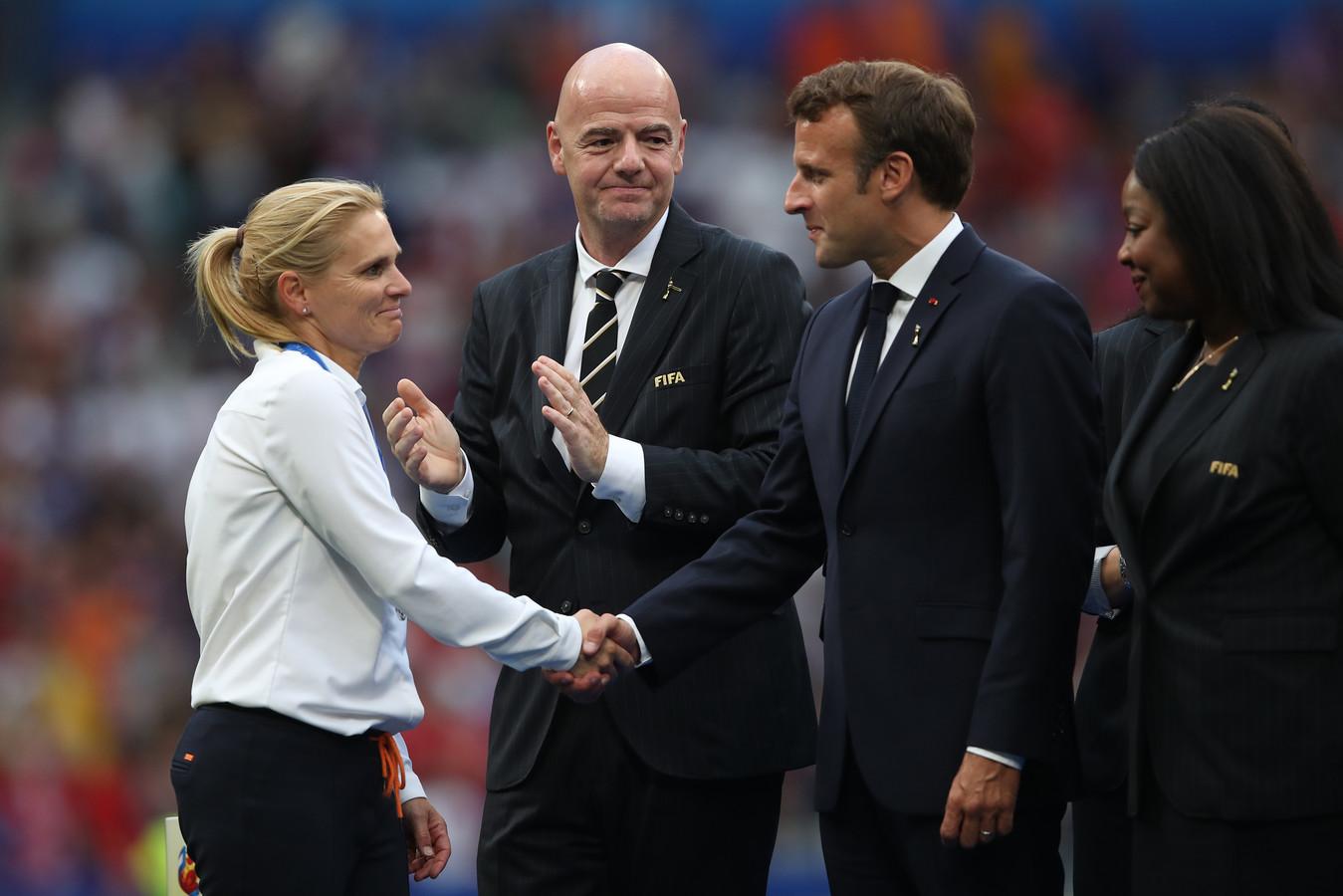 FIFA-baas Gianni Infantino en de Franse president Emmanuel Macron zijn complimenteus voor Sarina Wiegman.