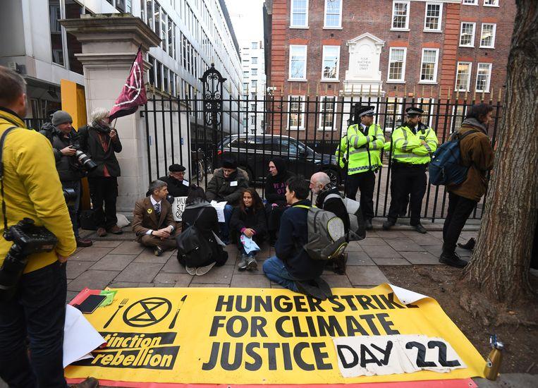Demonstranten van de actiegroep Extinction Rebellion protesteerden de afgelopen week voor het campagnehoofdkwartier van de Conservatieven.  Beeld EPA