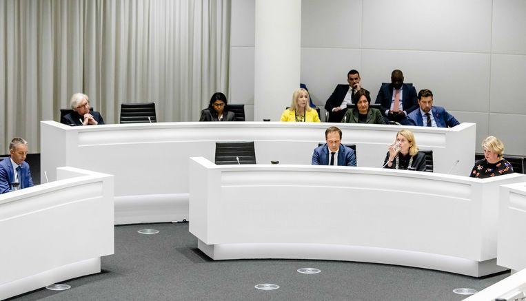 Bij het Haagse college van burgemeester en wethouders bleven woensdagavond de stoelen van wethouders Richard de Mos en Rachid Guernaoui leeg. Ze hoeven van de raad ook niet meer terug te komen. Beeld ANP