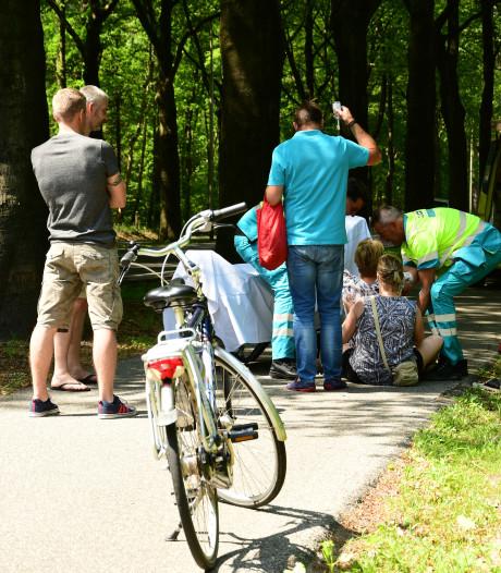 Omstanders verlenen eerste hulp aan gewonde fietsster in Baarn