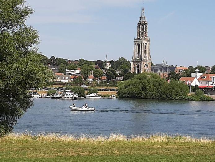 Waterpret op de Rijn bij Lienden met zicht op de Curneratoren aan de overkant.