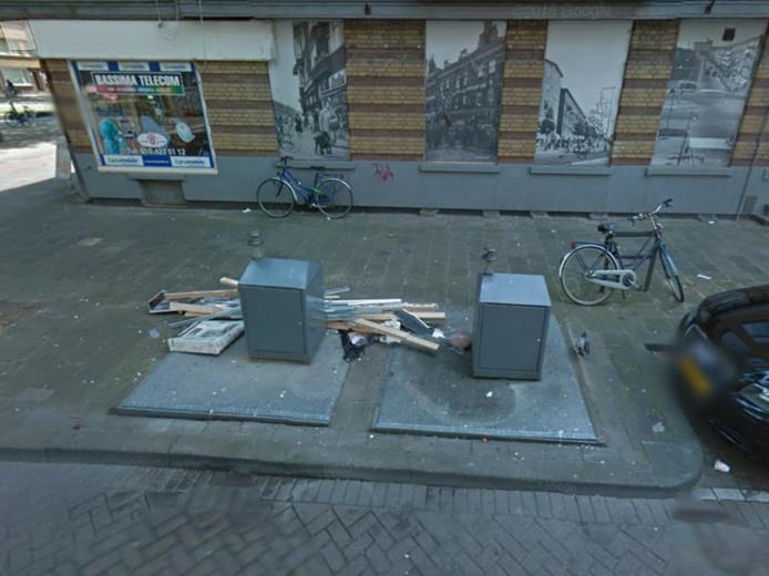 Op beelden van Google Earth is nog duidelijk te zien dat bewoners hun afval naast containers dumpen.