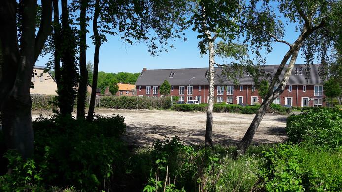 Op het terrein op de hoek Willem III straat - Dr. Ariënslaan in Zevenbergen moet het nieuwe en uitgebreide medisch centrum van Tholos komen.