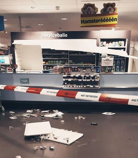 Ingang winkelcentrum opengebroken voor sigarettenroof in supermarkt
