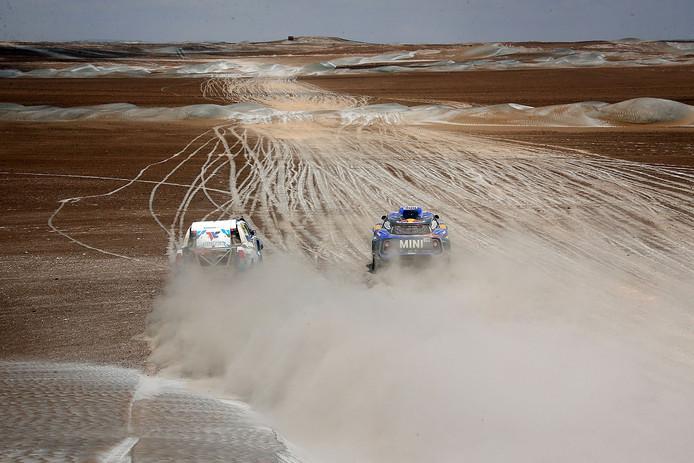 Erik van Loon (l) passeert een Mini op de proef tussen Arequipa en Tacna.