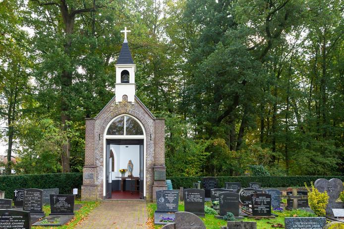 Opgeknapte kapel op de begraafplaats bij het Van Stolkspark in Hasselt.