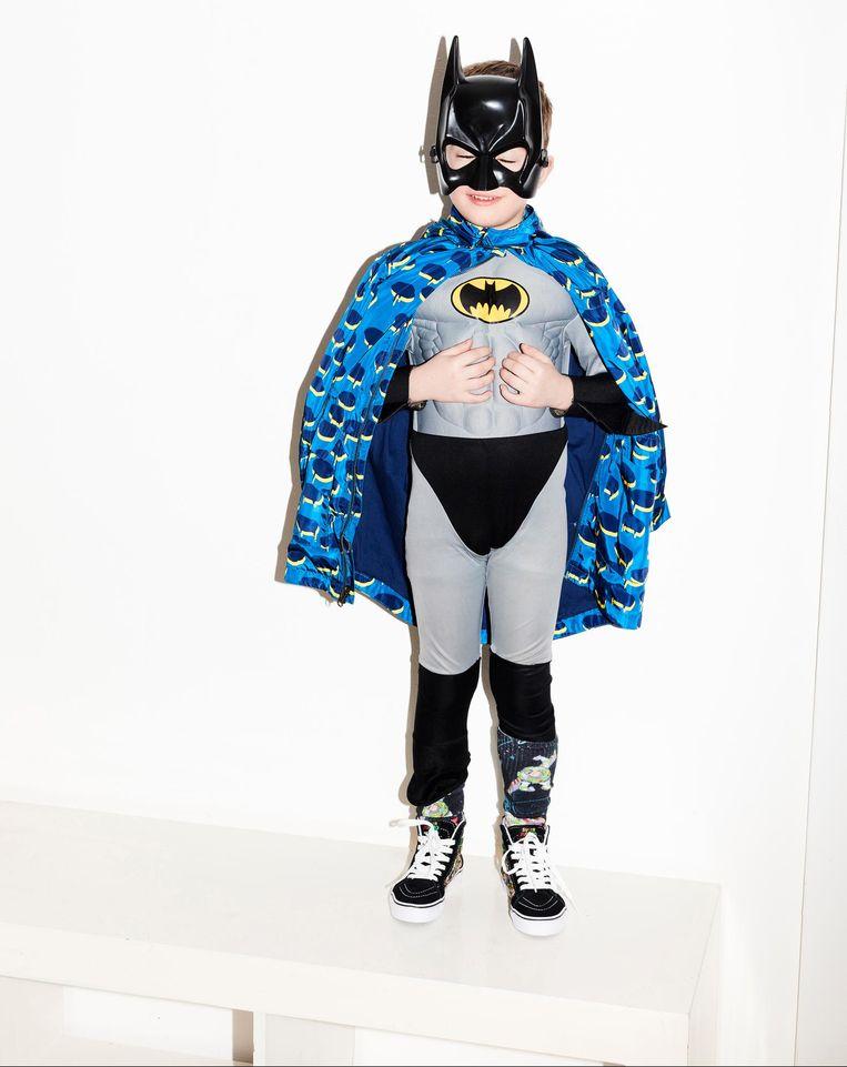 Thom: Batmanpak en masker: Old West, cape: Stella McCartney Kids, 'Buzz Lightyear'-sokken en 'Mario Brothers'-gympen: Vans. Beeld Valentina Vos