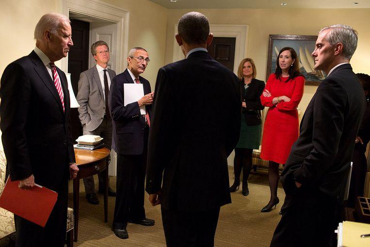 Biden kijkt toe hoe president Obama overlegt met zijn adviseurs. De vicepresident bemoeide zich in Obama's eerste termijn vooral met de terugtrekking uit Irak en de nieuwe strategie in Afghanistan. Beeld White House Photo