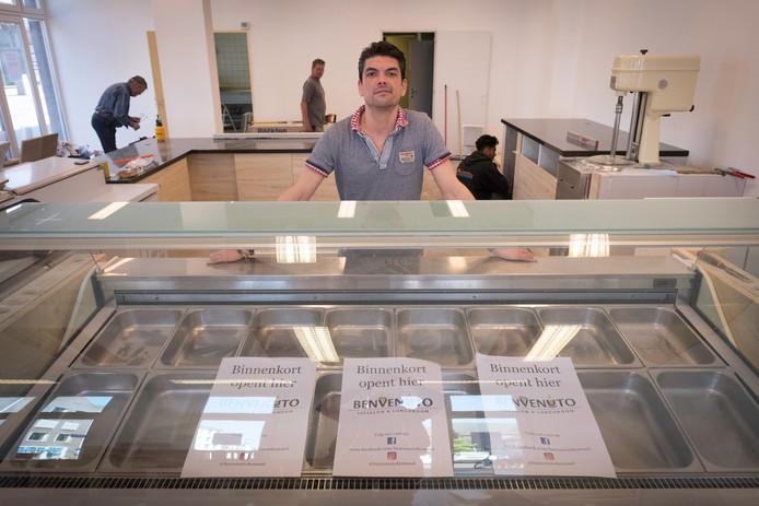 Ivo Rijke in zijn nieuwe ijszaak/lunchroom.