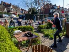 Ankie (70) uit Utrecht vertelt verhalen vanuit haar voortuin, kinderen hangen aan haar lippen