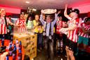 Wim Rip is met de kampioensschaal van 2018 het stralende middelpunt tijdens het feestgedruis in de kleedkamer van PSV.