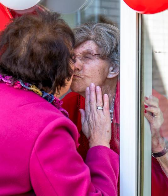 Louise Nagtegaal bezoekt haar dementerende moeder Ulrike (102) in zorgcentrum Careyn Snavelenburg in Maarssen dagelijks, ook tijdens de coronacrisis.