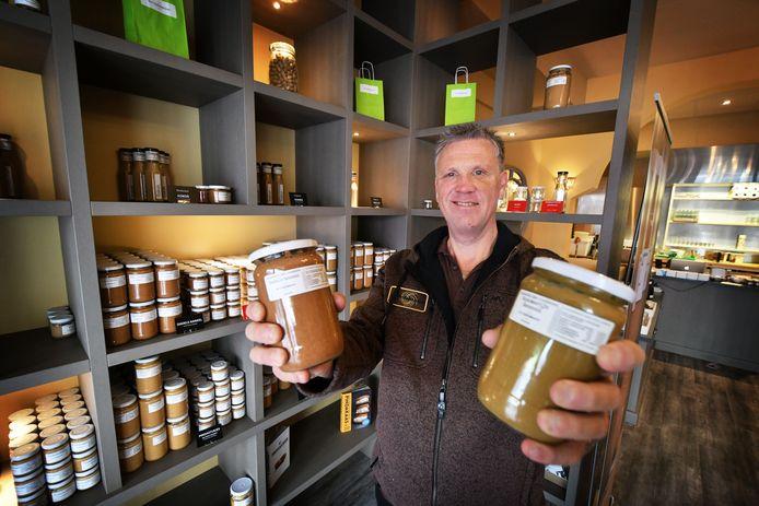 """Robert van Dijk in zijn winkel De Pindakaaspot. """"Half april heb ik de winkel leeggehaald en nu maak ik de pindakaas thuis en verkoop ik via www.depindakaaspot.nl."""""""