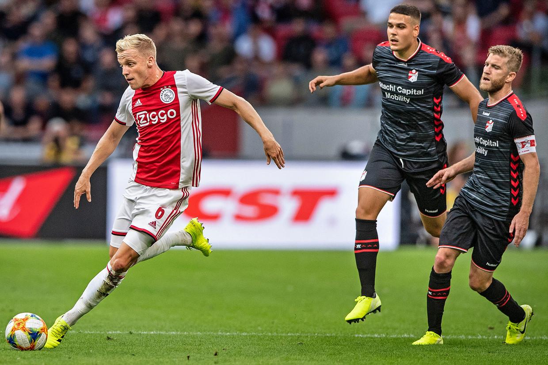 Ajacied Donny van de Beek is Michael de Leeuw en Filip Ugrinic van Emmen te snel af.