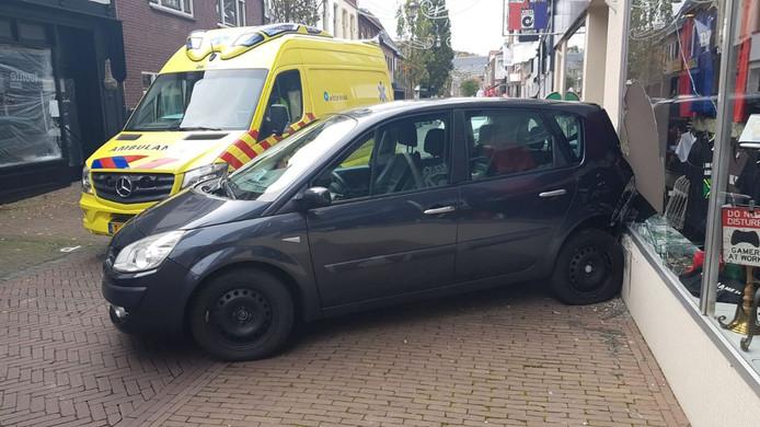 De auto na de botsing in de Hoofstraat in Terborg.