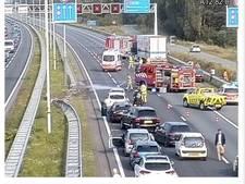 A12 richting Arnhem lange tijd dicht na ongeluk met vrachtwagen en auto