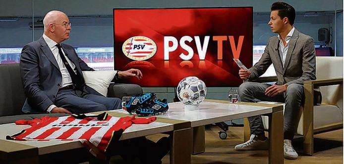 Toon Gerbrands bij PSV-tv, waar de clubleiding regelmatig aanschuift. Presentator Jeroen Toet ondervraagt hem hier.