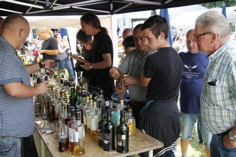 Kurt Van Geert uit Denderbelle en zijn zoon zakten af naar het folkfestival 'Meire Morough' om er te proeven van de 120 verschillende soorten whisky.