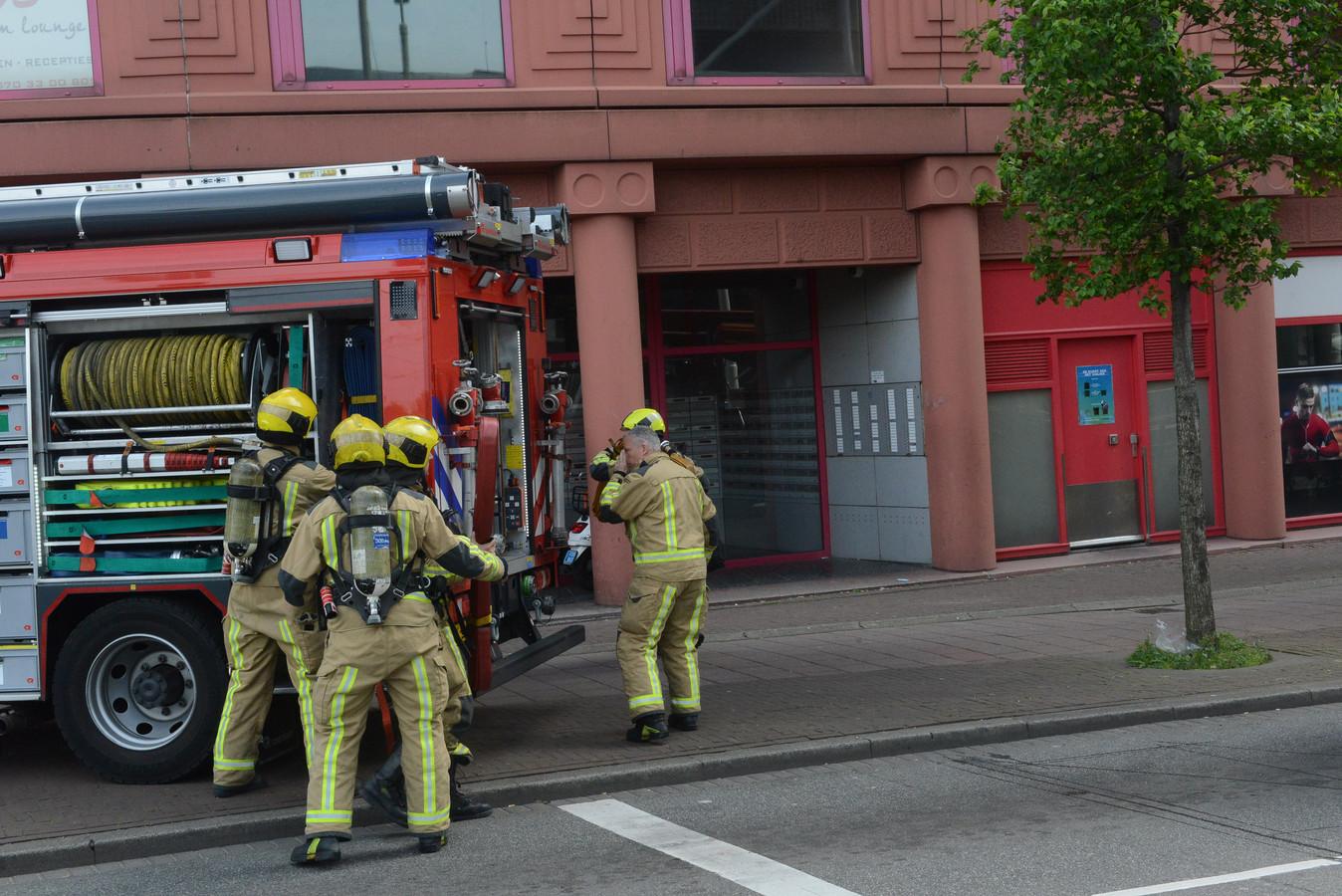In een studentenflat aan het Rijswijkseplein woedt momenteel een grote brand. De brandweer is met veel personeel aanwezig om het vuur te blussen.