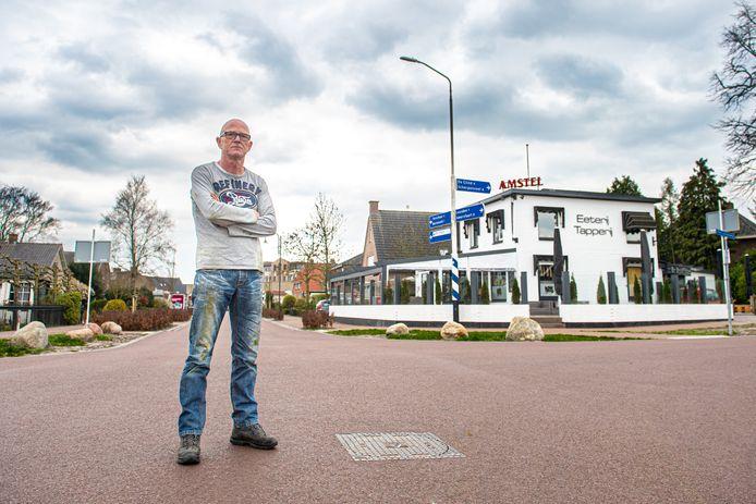 Andy Boutens, eigenaar van De Hessenkar in Achterveld, staat op de onlangs opnieuw geasfalteerde Hessenweg.