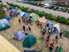 Kinderen kamperen in voortuin van Kaatsheuvels verzorgingshuis Vossenberg