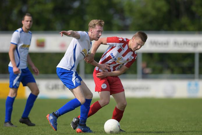 Coen de Ridder (hier op archiefbeeld rechts namens Herovina) scoorde al na twee minuten de openingstreffer tegen Leerdam Sport'55. (archieffoto)