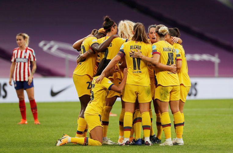 Het vrouweneftal van FC Barcelona viert een doelpunt in de kwartfinale van de Champions League tegen Atlético Madrid. Beeld REUTERS