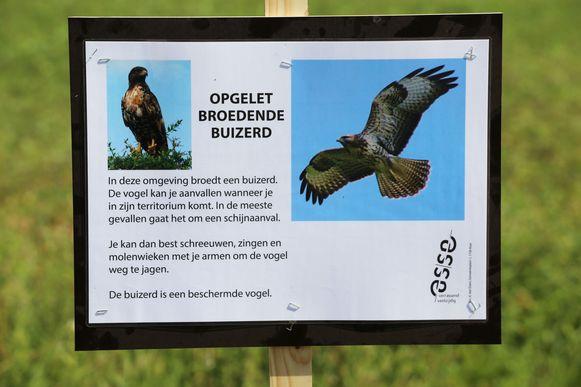 De milieudienst liet bordjes plaatsen langs de Finse piste om gebruikers te waarschuwen voor de buizerd.