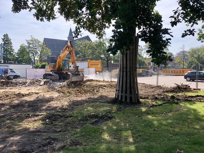 De herinrichting van het centrum is een paar weken geleden begonnen. Op de achtergrond is de kerk van de Gereformeerde Gemeente aan de J.W. Frisostraat te zien.