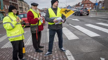 """Drie eenzame gele hesjes voeren actie: """"Maar we geven de strijd niet op!"""""""
