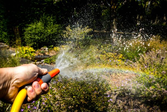 Een kwartier de tuin sproeien kost 100 liter water.