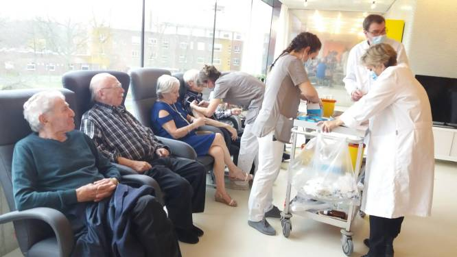 Bewoners en personeel WZC De Hazelaar krijgen coronavaccins toegediend