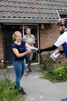 Geen simpel telefoontje: deze leraren fietsen 140 kilometer om hun geslaagde leerlingen te feliciteren