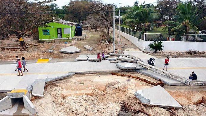 Een beschadigde weg in San Andres, Colombia.