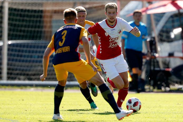 FC Utrecht oefende vrijdag tegen Red Bull Salzburg en verloor nipt met 1-0. Hier aanwinst Simon Gustafson aan de bal.