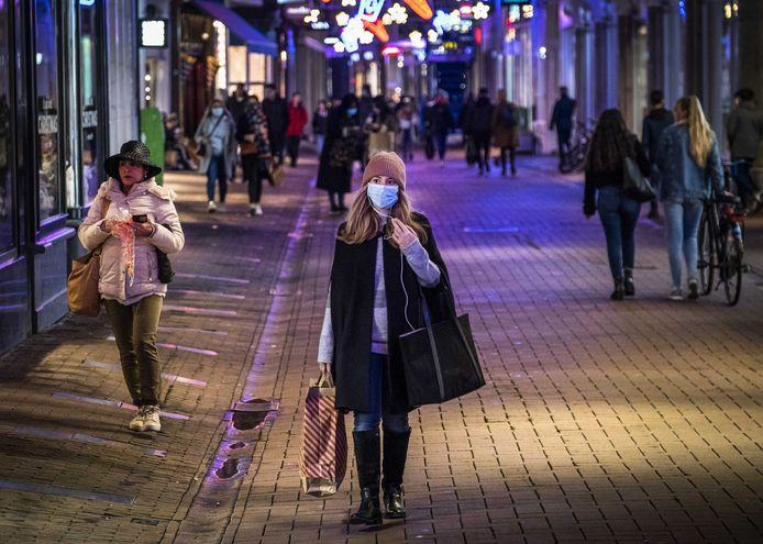 In Amsterdam kunnen Nederlanders opnieuw door de winkelstraten wandelen én shoppen. UNIZO Limburg vreest voor omzetverlies als België niet snel volgt. (Illustratiebeeld shoppers in Amsterdam)