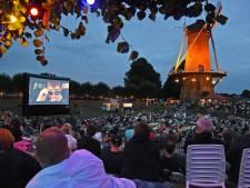 Honderden Hulstenaren kijken film in de open lucht