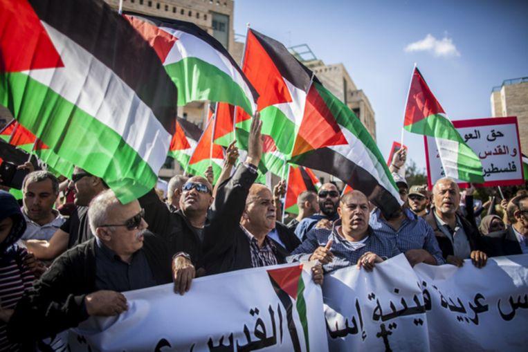Palestijnse betogers buiten de Amerikaanse ambassade in Jeruzalem. Beeld AP