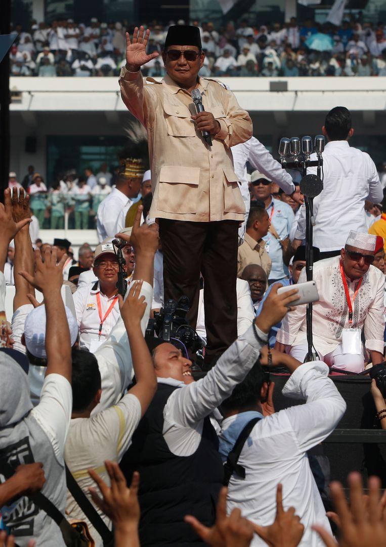Prabowo Subianto Djojohadikusumo spreekt zijn aanhang toe tijdens een bijeenkomst in het Gelora Bung Karno-stadion in Jakarta, 7 april.  Beeld EPA