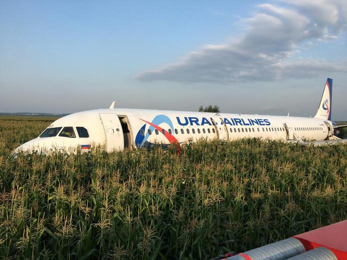 Passagiers hebben via glijbanen het toestel verlaten.