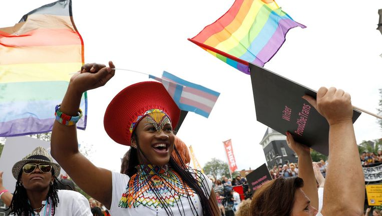 Feestvierders op de transgenderboot tijdens de botenparade van 2017 Beeld anp