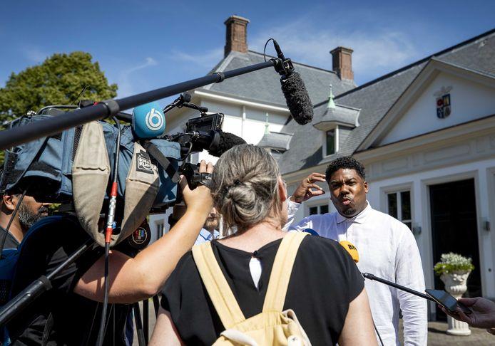 Gideon Everduim staat de pers te woord op het Catshuis