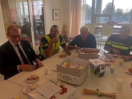 Gebak en worstenbroodjes voor agenten die rake klappen kregen in Doetinchem