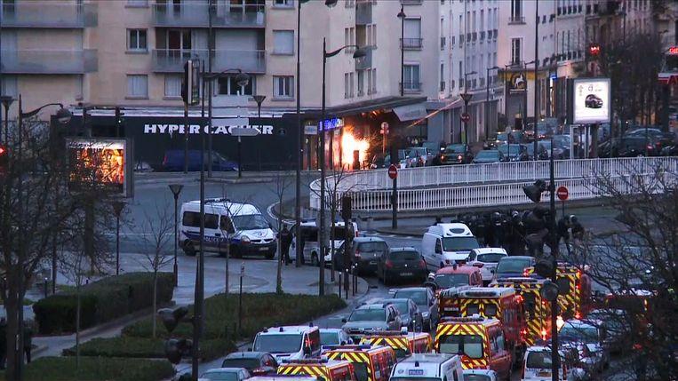 De politie begint vrijdagmiddag de bestorming van de joodse supermarkt in Parijs waar Amedy Coulibaly zich had verschanst. Beeld afp