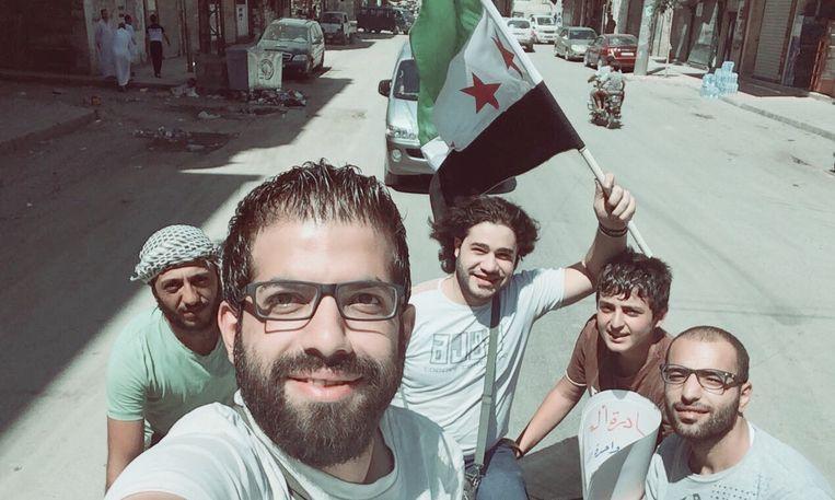 Akram Alsaud, uiterst rechts, met vrienden in Aleppo aan het begin van de opstand.  Beeld Privé-archief Akram Alsaud