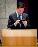 Premier Mark Rutte had zelf onlangs een akkefietje nadat hij op zijn telefoon zat
