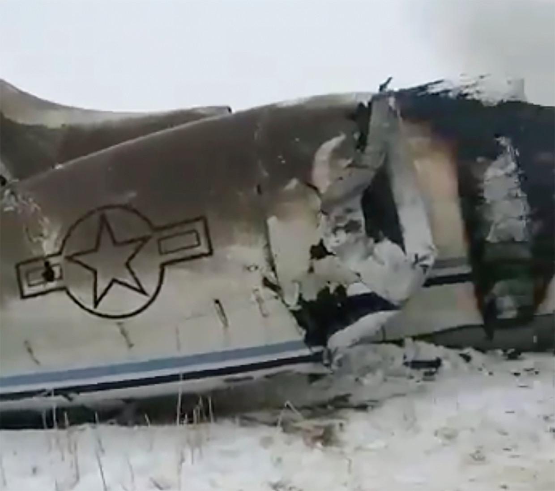 Deze foto meldt de Afghaanse journalist Tariq Ghazniwal te hebben gemaakt van het maandag gecrashte vliegtuig.
